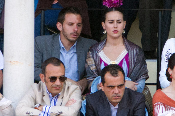 Jueves, 26 de abril: En segunda fila, presumiblemente la hija de Luis Partida y un acompañante habitual usando los pases de la Junta de Andalucía; delante, el marido de la delegada Carmen Tovar haciendo lo mismo. (FOTO: Paco Díaz)