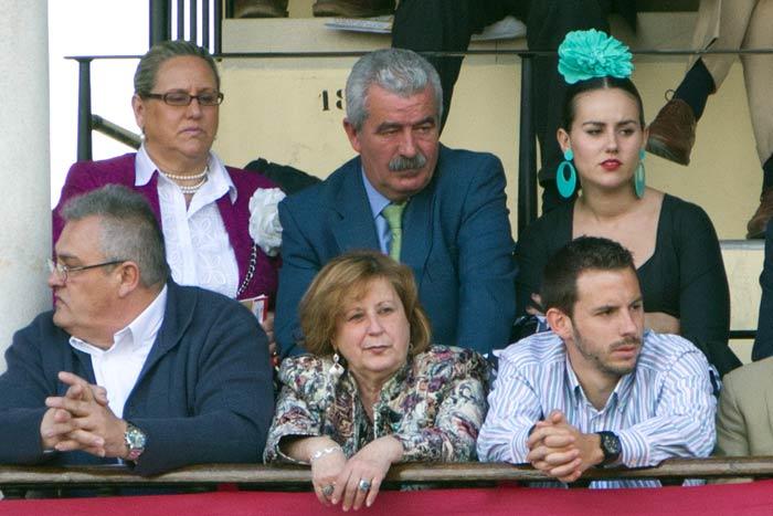 Viernes, 27 de abril: En segunda fila, junto a al director general Luis partida, su señora y presumiblemente su hija; de lante de ella, el acompañante habitual. Son las localidades reservadas para la Junta de Andalucía. (FOTO: Javier Martínez)