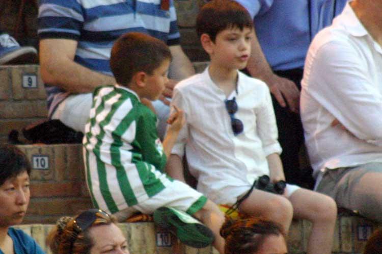 Un joven aficionado que aún celebraba la permanencia del Betis en primera.