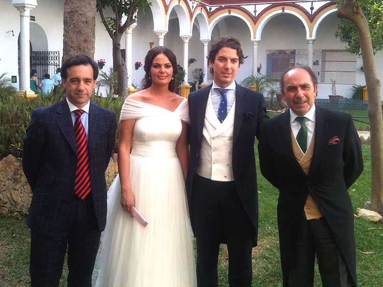 El nuevo matrimonio formado por Isabel y 'Lolo', entre Francisco Mateos y Manuel Viera, de SEVILLA TAURINA.