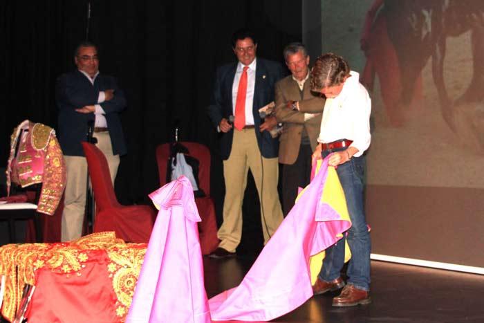 El acto concluyó con unos lances de toreo de salón de Calerito.