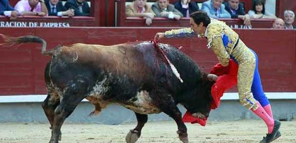 Estocada de El Cid a su segundo astado hoy en Madrid. (FOTO: las-ventas.com)