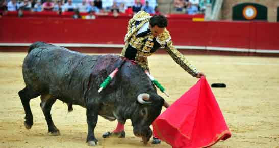 Un natural de El Cid esta tarde en Valencia a su primero toro. (FOTO: Alberto de Jesús/mundotoro.com)
