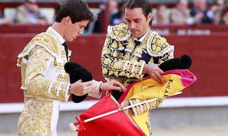Uceda Leal le cede la muleta a Esaú Fernández en la ceremonia de confirmación de alternativa. (FOTO: las-ventas.com)