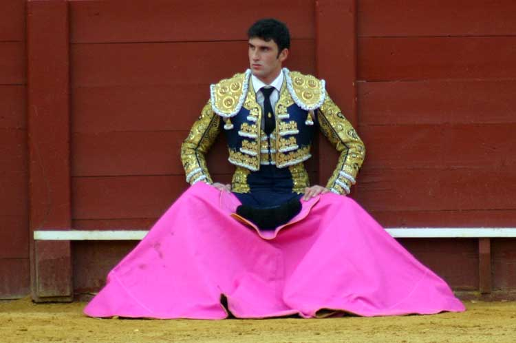 El granadino Miguel Hidalgo, en uno de los instantes más toreros de su desafortunada tarde...