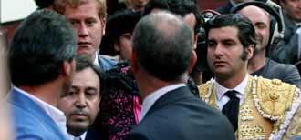Fernando Lozano, a la izquierda de espalda, increpando a Morante. (FOTO: mundotoro.com)