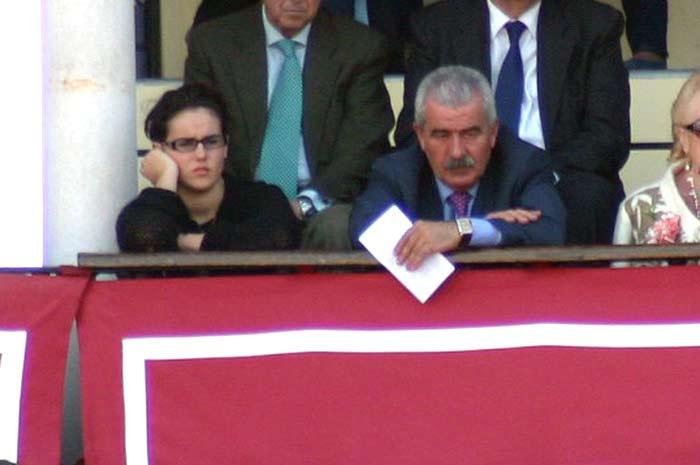 Martes, 17 de abril: El director general de Espectáculos, Luis Partida, en balconcillo, presumiblemente junto a su hija, con pases a nombre de la Junta de Andalucía. (FOTO: Javier Martínez)