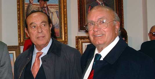 El pintor sevillano Pedro Escacena junto a Curro Romero, el torero al que más ha pintado.