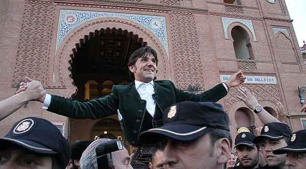 Diego Ventura, en su décima salida a hombros de Madrid esta tarde. (FOTO: las-ventas.com)
