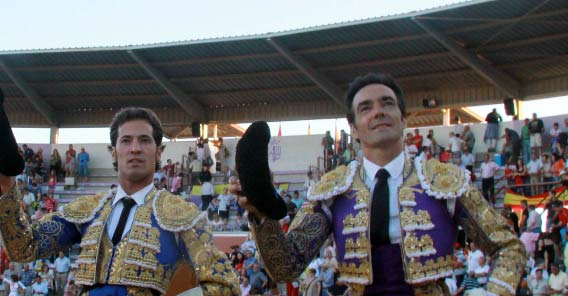 El Cid, a hombros con César Jiménez esta tarde en Torrejón. (FOTO: Pablo García/mundotoro.com)