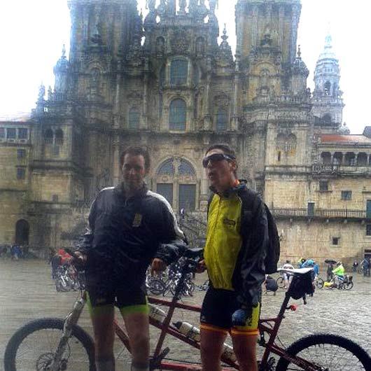 Luis Mariscal, frente a la Catedral de Santiago, con el tandem ciclista. (FOTO: Ambitotoros)