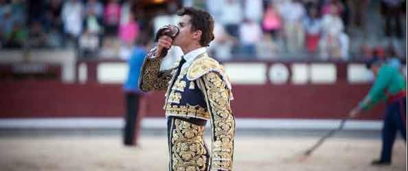 Daniel Luque con la oreja de su primero esta tarde en Madrid. (FOTO: las-ventas.com)