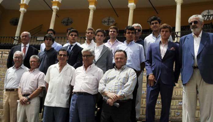 Los empresarios junto a algunos profesores y sus alumnos participantes en el ciclo. (FOTO: Romero/lamaestranza.es)