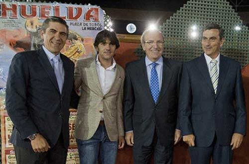 Los empresarios de Huelva y su alcalde, junto a Ventura. (FOTO: Ambitotoros)