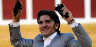 Diego Ventura con las dos orejas de su primer astado hoy en Plasencia. (FOTO: Carlos Núñez)