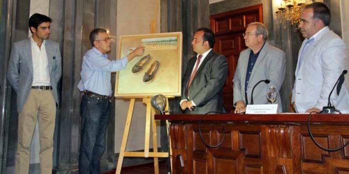 Miguel Ángel Perera, el autor del cartel y el alcalde de La Algaba, entre otros, en la presentación de las fechas de festejos en La Algaba.
