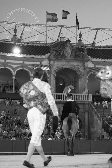 Lama de Góngora camina hacia la Puerta del Príncipe, iluminada por un foco, siguiendo la estela del alguacilillo. (FOTO: Eduardo López/lopezmatito.com)