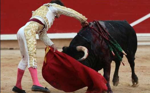 Estocada de Nazaré al sexto en Pamplona, al que le ha cortado la oreja. (FOTO: Maurice Berho/mundotoro.com)