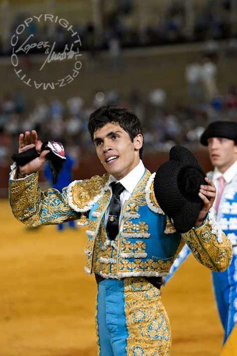 Alejandro Pavón, de la Escuela Sevilla-Amate, con la oreja del segundo. (FOTO: lopezmatito.com