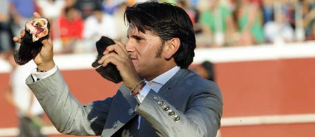 Diego Ventura, con las dos orejas logradas esta tarde en el festival de Almonte. (FOTO: Toromedia)