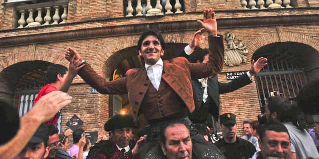 Diego Ventura en su salida a hombros hoy en Valencia.