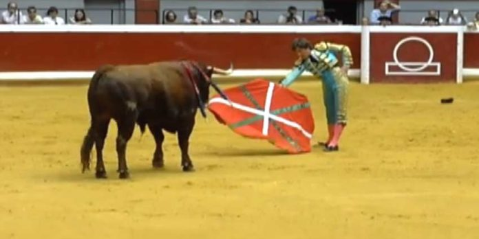 Antonio Barrera toreó con una muleta con la bandera vasca. (FOTO: mundotoro.com)