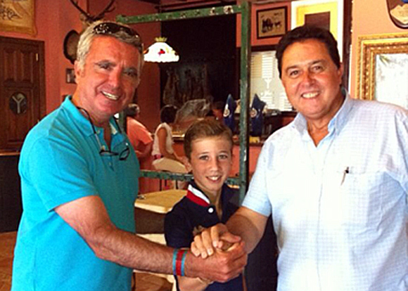 Ortega Cano, Calerito y Tomás Campuzano unen sus manos tras el acuerdo.