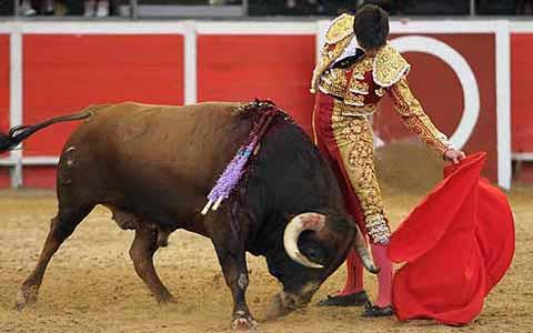Muletazo de Esaú Fernández esta tarde en La Coruña. (FOTO: mundotoro.com)