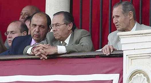 Ruperto de los Reyes, a la derecha, como asesor del presidente Juan Murillo en el palco de la Maestranza. (FOTO: Matito)