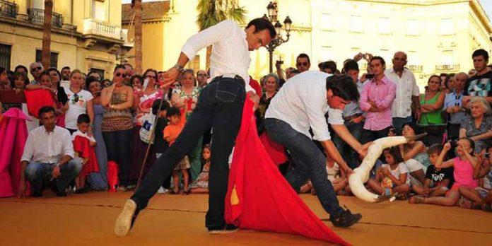 Toreo de salón en pleno centro de Huelva. (FOTO: Vicente Medero/huelvataurina.com)