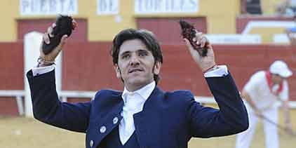 Diego Ventura con las dos orejas logradas esta tarde en su segundo toro en Cuéllar. (FOTO: Carlos Núñez)