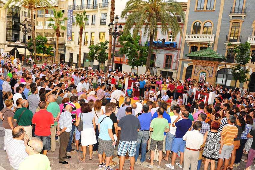 Expectación en la céntrica plaza de Las Monjas.