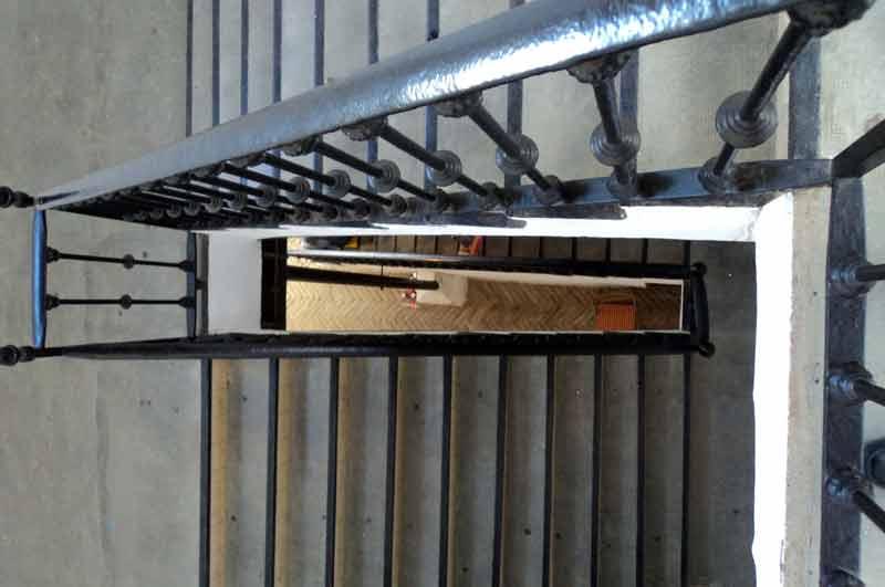 Escaleras de los pasillos interiores de la plaza de la Maestranza.