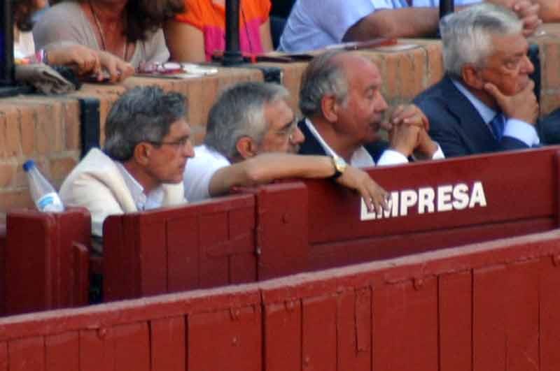 Eduardo Canorea y Ramón Valencia esta tarde en el burladero de la empresa. (FOTO: Javier Martínez)