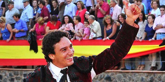Oliva Soto saliendo esta tarde a hombros en Cortegan. (FOTO: VicenteMedero/huelvataurina.com)