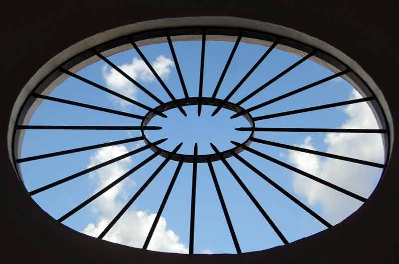 El cielo sevillano a través de un ventanal de la Maestranza.