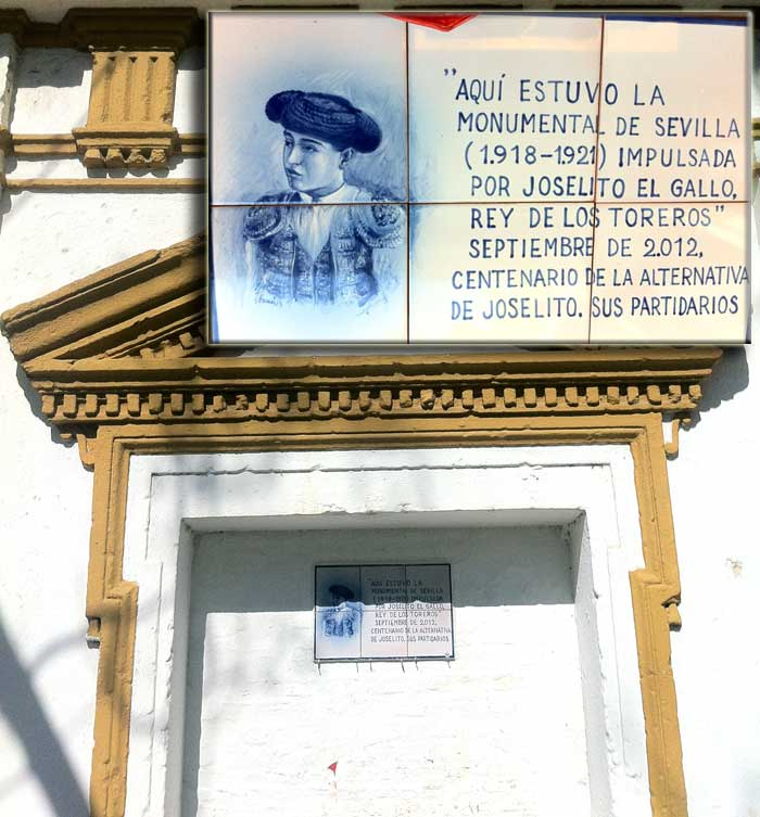 Única puerta de la antigua Monumental que se conserva y detalle del nuevo azulejo que luce.