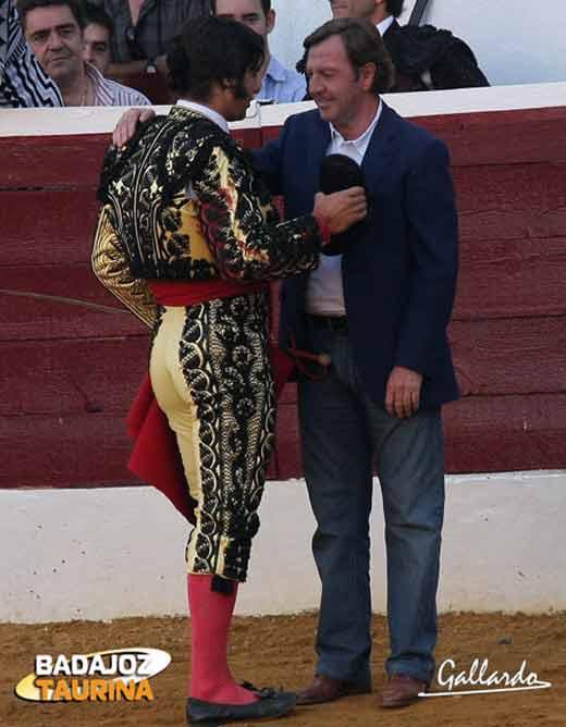 Morante brinda a Curro Vázquez para escenificar el adiós. (FOTO Gallardo/badajoztaurina.com)