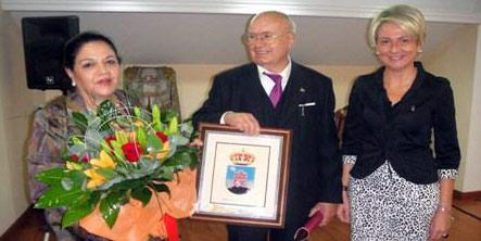 Pedro Escacena, su señora y la concejal de Cultura de Roquetas. (FOTO: almeria24h.com)