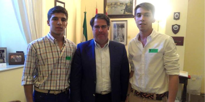 Los representantes de 'Juventud Taurina de Sevilla' se han reunido con Gregorio Serrano.