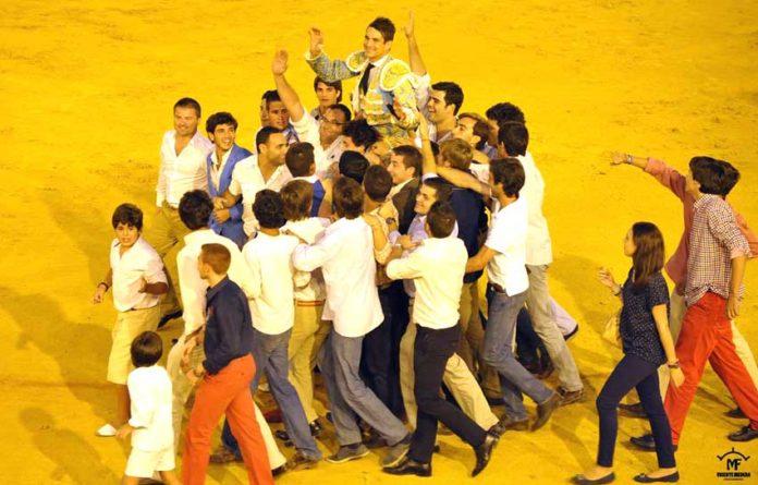 Jóvenes sevillanos pasean a Manzanares el pasado 23 de septiembre tras abrir la Puerta del Príncipe. (FOTO: Vicente Medero)