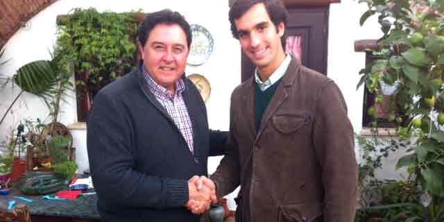 Tomás Campuzano y el novillero portugués Manuel Díaz Gómez sellan el acuerdo de apoderamiento con un apretón de manos.