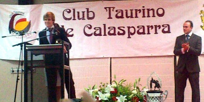 El novillero sevillano Javier Jiménez agradece la concesión del trofeo del Club Taurino de Calasparra.