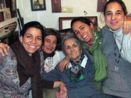 María Teresa Sánchez Mejías, rodeada de algunas de sus nietas. (FOTO: 'Desde el Tendido 2'/ABC-Sevilla)