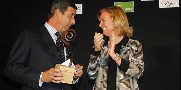 El fiscal de la Real Maestranza de Caballería, Santiago León, recoge el premio ABC Radio en Sevilla de manos de Catalina Luca de Tena. (FOTO: ABC-Sevilla)