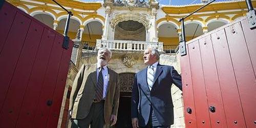 Eduardo Canorea y Ramón Valencia, empresarios de la Maestranza. (FOTO: Raúl Doblado / ABC-Sevilla)