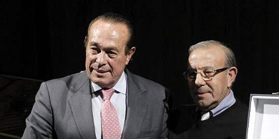 Curro Romero recoge el premio 'Cultura gitana 2012'. (FOTO: Efe)