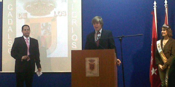 El novillero Javier Jiménez recoge en Cadalso de los Vidrios el premio a la 'Mejor estocada' de la Feria de novilladas de Ávila.