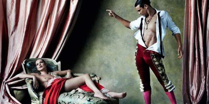 José María Manzanares y la modelo Kate Moss posan semidesnudos para la revista Vogue.