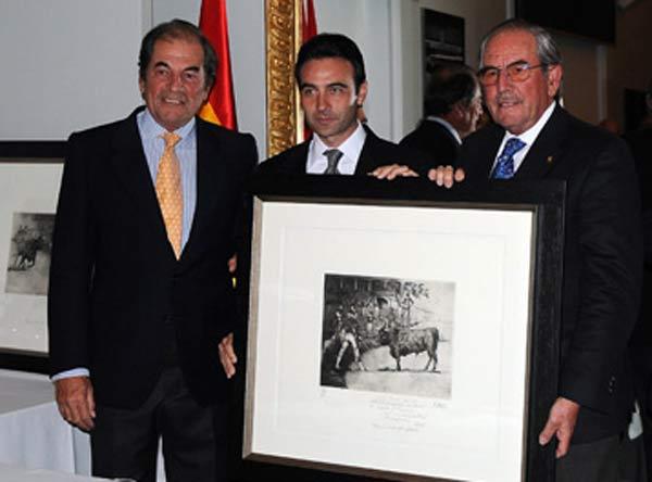 Enrqiue Ponce entrega el premio a los hermanos Antonio y Eduardo Miura.